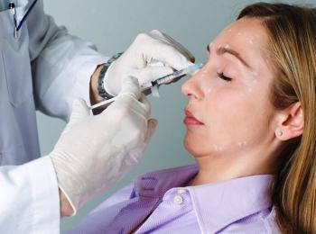 Перед процедурой врач отмечает на лице точки для введения препарата