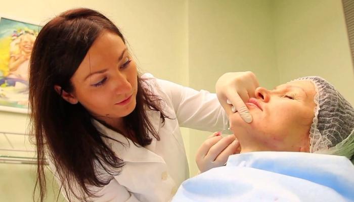 Перед процедурой косметолог отмечает места введения нитей и обрабатывает их анестетиком