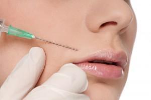 Девушке делают инъекцию над верхней губой