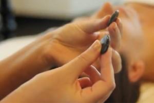 массаж с использованием камней